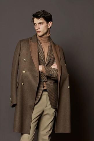 Cómo combinar: pantalón de vestir de lana en beige, jersey de cuello alto marrón claro, blazer de lana de pata de gallo marrón, abrigo largo marrón