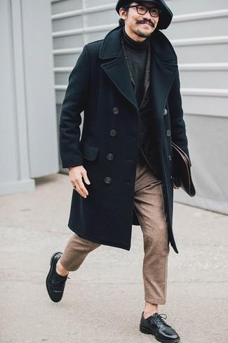 Cómo combinar: pantalón de vestir de lana marrón, jersey de cuello alto en gris oscuro, blazer de lana de espiguilla en gris oscuro, abrigo largo negro