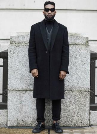 Combinar un blazer en gris oscuro en clima frío: Elige un blazer en gris oscuro y un pantalón chino negro para un lindo look para el trabajo. Mezcle diferentes estilos con tenis de cuero negros.