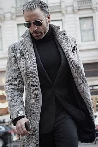 Cómo combinar: pantalón de vestir de lana negro, jersey de cuello alto negro, blazer de lana negro, abrigo largo de espiguilla gris