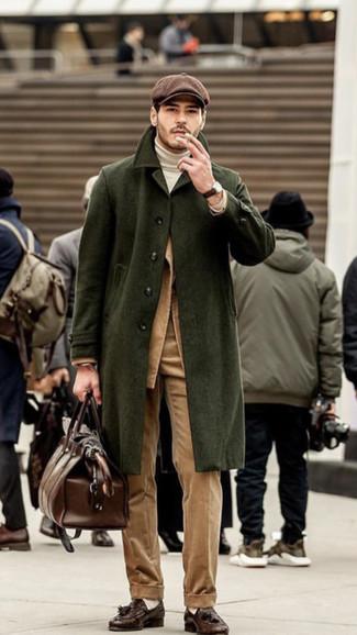 Cómo combinar: pantalón de vestir de pana marrón claro, jersey de cuello alto blanco, blazer de pana marrón claro, abrigo largo verde oliva