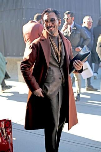 Combinar una bufanda estampada en marrón oscuro: Ponte un abrigo largo en tabaco y una bufanda estampada en marrón oscuro transmitirán una vibra libre y relajada.