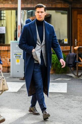 Cómo combinar: pantalón de vestir azul marino, jersey de cuello alto azul marino, blazer de tartán gris, abrigo largo azul marino
