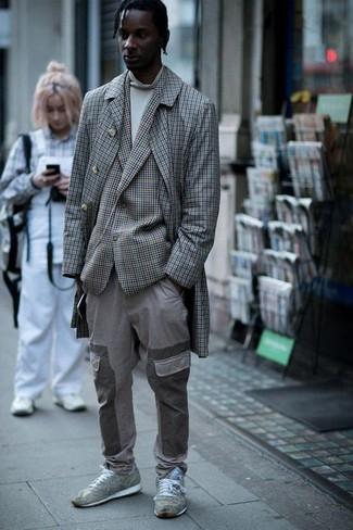 Cómo combinar: pantalón cargo gris, jersey de cuello alto blanco, blazer a cuadros gris, abrigo largo a cuadros gris