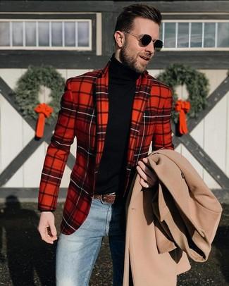 Cómo combinar: vaqueros azules, jersey de cuello alto negro, blazer de tartán rojo, abrigo largo en beige