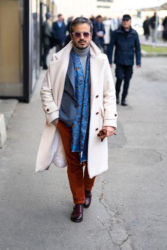 Cómo combinar: pantalón chino de pana en tabaco, jersey de cuello alto de lana gris, blazer de cuadro vichy azul, abrigo largo blanco