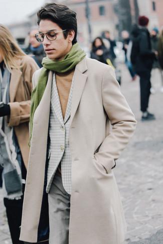 Combinar una bufanda verde oliva: Un abrigo largo en beige y una bufanda verde oliva son una opción grandiosa para el fin de semana.