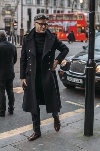 Outfits hombres en otoño 2020 estilo elegante: Haz de un abrigo largo negro y un pantalón de vestir negro tu atuendo para una apariencia clásica y elegante. Botines chelsea de cuero en marrón oscuro añaden un toque de personalidad al look. Para tus días de otoño, este atuendo es estupendo.
