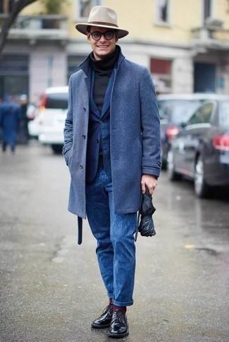 Combinar un pantalón chino estampado azul marino: Elige un abrigo largo azul y un pantalón chino estampado azul marino para el after office. Completa tu atuendo con zapatos derby de cuero negros para mostrar tu inteligencia sartorial.