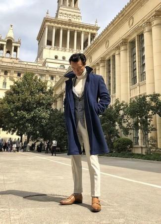 Combinar un jersey de cuello alto blanco: Considera ponerse un jersey de cuello alto blanco y un pantalón de vestir blanco para rebosar clase y sofisticación. Este atuendo se complementa perfectamente con zapatos con doble hebilla de cuero marrón claro.