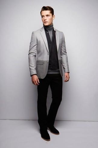 Cómo combinar: pantalón chino negro, jersey de cuello alto gris, blazer gris, chaleco de abrigo negro