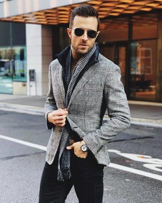 Cómo combinar: vaqueros negros, jersey de cuello alto marrón, blazer de lana de tartán gris, chaleco de abrigo negro