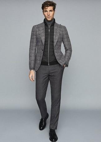 Combinar un jersey de cuello alto gris: Empareja un jersey de cuello alto gris junto a un pantalón de vestir en gris oscuro para rebosar clase y sofisticación. Zapatos derby de cuero negros son una opción inmejorable para completar este atuendo.