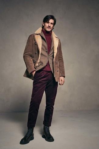Cómo combinar: pantalón chino de pana burdeos, jersey de cuello alto de punto burdeos, blazer de tartán marrón, chaqueta de piel de oveja marrón