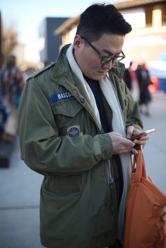 Cómo combinar: bolsa tote de cuero naranja, jersey de cuello alto azul marino, blazer de tartán en gris oscuro, chaqueta militar verde oliva