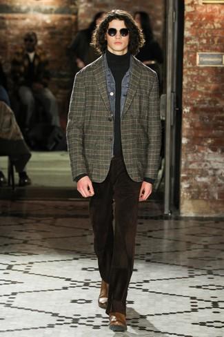 Cómo combinar: vaqueros de pana en marrón oscuro, jersey de cuello alto en gris oscuro, blazer de tartán verde oscuro, chaqueta vaquera gris