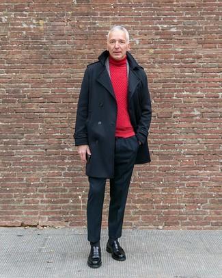 Cómo combinar: pantalón de vestir negro, jersey de cuello alto rojo, blazer de lana de tartán gris, chaquetón negro
