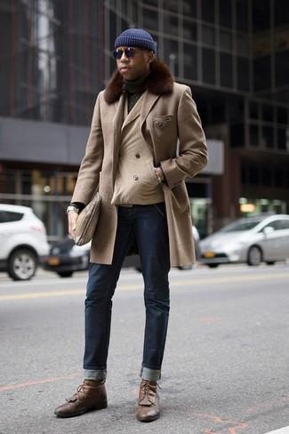 Combinar unas botas casual de cuero marrónes: Intenta combinar un abrigo con cuello de piel en beige con unos vaqueros azul marino para el after office. Botas casual de cuero marrónes son una opción estupenda para complementar tu atuendo.