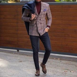 Cómo combinar: pantalón chino de lana negro, jersey de cuello alto burdeos, blazer cruzado de lana a cuadros marrón, abrigo largo negro
