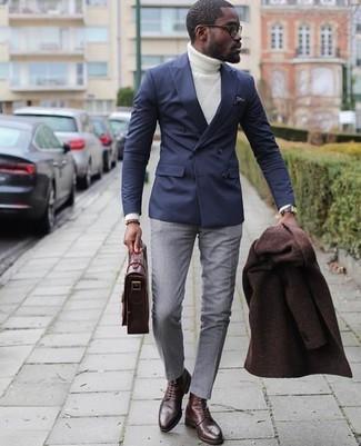 Cómo combinar: pantalón de vestir gris, jersey de cuello alto de punto blanco, blazer cruzado azul marino, abrigo largo en marrón oscuro
