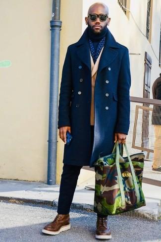 Cómo combinar: pantalón chino negro, jersey de cuello alto azul marino, blazer cruzado marrón claro, abrigo largo azul marino