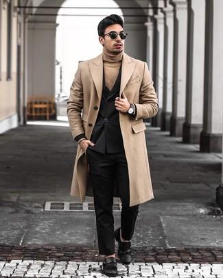 Cómo combinar: pantalón de vestir negro, jersey de cuello alto marrón claro, blazer cruzado negro, abrigo largo marrón claro