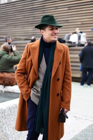 Cómo combinar: camisa de manga larga de cuadro vichy en rojo y blanco, jersey de cuello alto azul marino, blazer cruzado de tartán marrón, abrigo largo en tabaco