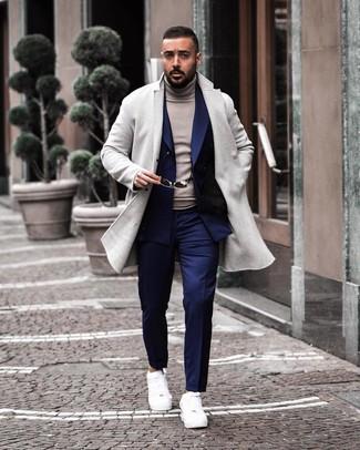 Cómo combinar: pantalón de vestir azul marino, jersey de cuello alto gris, blazer cruzado azul marino, abrigo largo gris