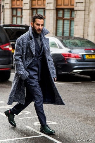 Combinar un blazer cruzado azul marino: Empareja un blazer cruzado azul marino con un pantalón de vestir azul marino para un perfil clásico y refinado. Zapatos oxford de cuero verde oscuro darán un toque desenfadado al conjunto.