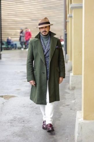 Combinar un abrigo largo verde oscuro: Considera ponerse un abrigo largo verde oscuro y un pantalón chino blanco para lograr un estilo informal elegante. ¿Te sientes valiente? Elige un par de zapatos con doble hebilla de cuero burdeos.