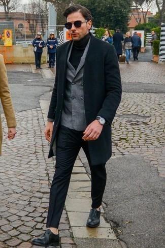 Combinar un jersey de cuello alto de lana negro: Haz de un jersey de cuello alto de lana negro y un pantalón de vestir negro tu atuendo para un perfil clásico y refinado. Elige un par de zapatos oxford de cuero negros para mostrar tu inteligencia sartorial.