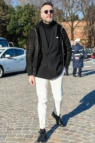 Combinar un blazer cruzado en clima frío: Considera emparejar un blazer cruzado con un pantalón chino blanco para crear un estilo informal elegante. Dale onda a tu ropa con zapatos con doble hebilla de cuero negros.