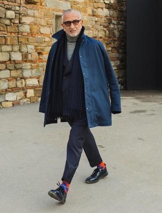 Cómo combinar: zapatos derby de cuero negros, jersey de cuello alto gris, blazer cruzado negro, chubasquero azul marino