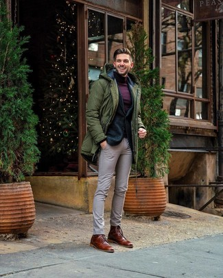 Cómo combinar: pantalón de vestir a cuadros en beige, jersey de cuello alto morado oscuro, blazer de lana verde oscuro, parka verde oliva