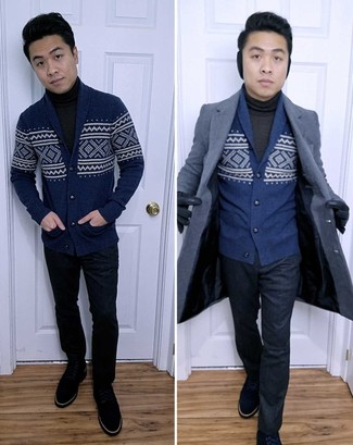 Cómo combinar: pantalón de vestir azul marino, jersey de cuello alto en gris oscuro, cárdigan con cuello chal de grecas alpinos azul marino, abrigo largo azul marino