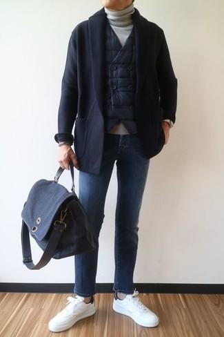 Cómo combinar: vaqueros azules, jersey de cuello alto gris, cárdigan con cuello chal negro, chaleco de abrigo acolchado negro