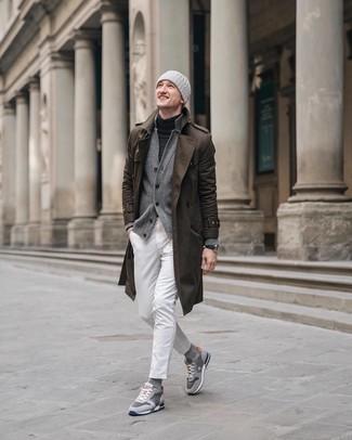 Cómo combinar: vaqueros blancos, jersey de cuello alto en gris oscuro, cárdigan gris, gabardina marrón