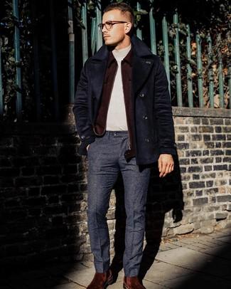 Cómo combinar: pantalón de vestir de lana azul marino, jersey de cuello alto en beige, cazadora de aviador de lana burdeos, chaquetón azul marino