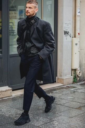 Combinar un pantalón chino azul marino en clima fresco: Ponte un abrigo largo negro y un pantalón chino azul marino para las 8 horas. ¿Quieres elegir un zapato informal? Opta por un par de deportivas negras para el día.