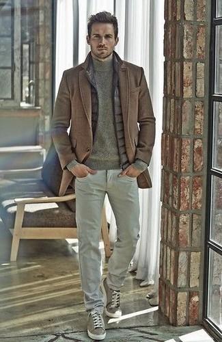 Cómo combinar: pantalón chino gris, jersey de cuello alto verde oliva, chaleco de abrigo acolchado gris, abrigo largo marrón