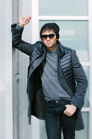 Cómo combinar: vaqueros azul marino, jersey de cuello alto de lana gris, chaleco de abrigo azul marino, abrigo largo gris