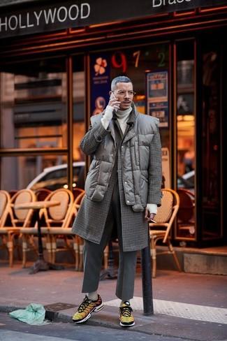 Cómo combinar: pantalón de vestir de lana en gris oscuro, jersey de cuello alto en beige, chaleco de abrigo acolchado en marrón oscuro, abrigo largo a cuadros en marrón oscuro