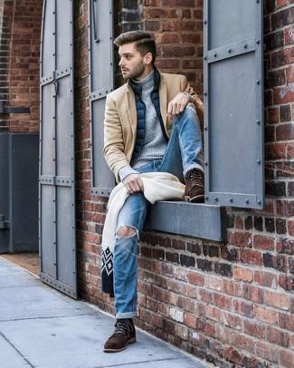 Cómo combinar: vaqueros desgastados azules, jersey de cuello alto de punto gris, chaleco de abrigo azul marino, abrigo largo marrón claro