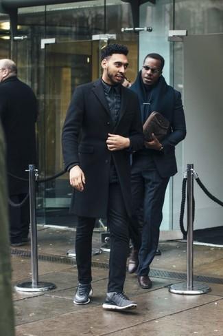 Combinar unas deportivas grises: Ponte un abrigo largo negro y unos vaqueros negros para un lindo look para el trabajo. ¿Quieres elegir un zapato informal? Haz deportivas grises tu calzado para el día.