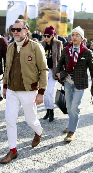 Cómo combinar: pantalón chino blanco, jersey de cuello alto de punto blanco, chaleco de abrigo marrón, chaqueta varsity en beige
