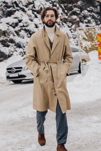 Combinar un pantalón de vestir gris: Empareja una gabardina marrón claro junto a un pantalón de vestir gris para un perfil clásico y refinado. Botas formales de ante en tabaco son una opción muy buena para complementar tu atuendo.