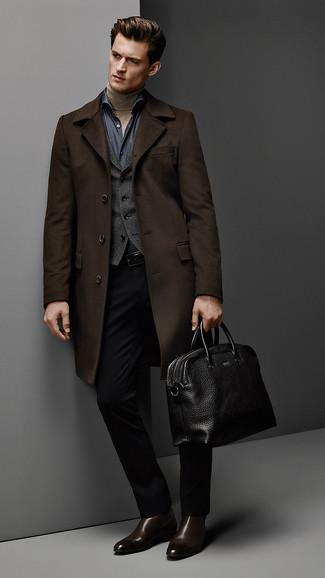 Combinar un chaleco de vestir en gris oscuro en clima fresco: Equípate un chaleco de vestir en gris oscuro con un pantalón de vestir negro para una apariencia clásica y elegante. ¿Quieres elegir un zapato informal? Usa un par de botines chelsea de cuero en marrón oscuro para el día.