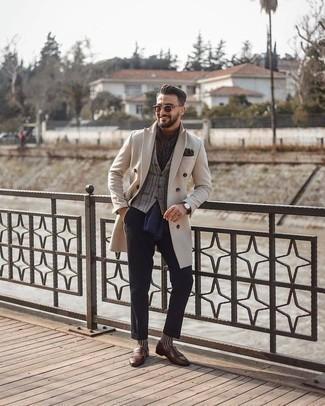 Combinar una bufanda estampada: Para un atuendo tan cómodo como tu sillón ponte un abrigo largo en beige y una bufanda estampada. Con el calzado, sé más clásico y complementa tu atuendo con mocasín de cuero сon flecos marrón.