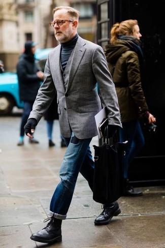 Cómo combinar: vaqueros desgastados azules, jersey de cuello alto negro, chaleco de vestir gris, blazer gris