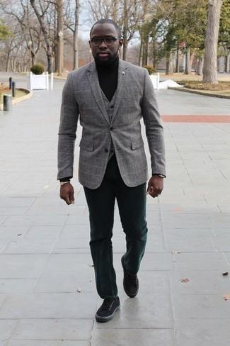 Outfits hombres en otoño 2020: Empareja un blazer a cuadros gris con un pantalón chino verde oscuro para lograr un look de vestir pero no muy formal. ¿Quieres elegir un zapato informal? Completa tu atuendo con tenis de lona negros para el día. Para el otoño, este atuendo es bellísimo.
